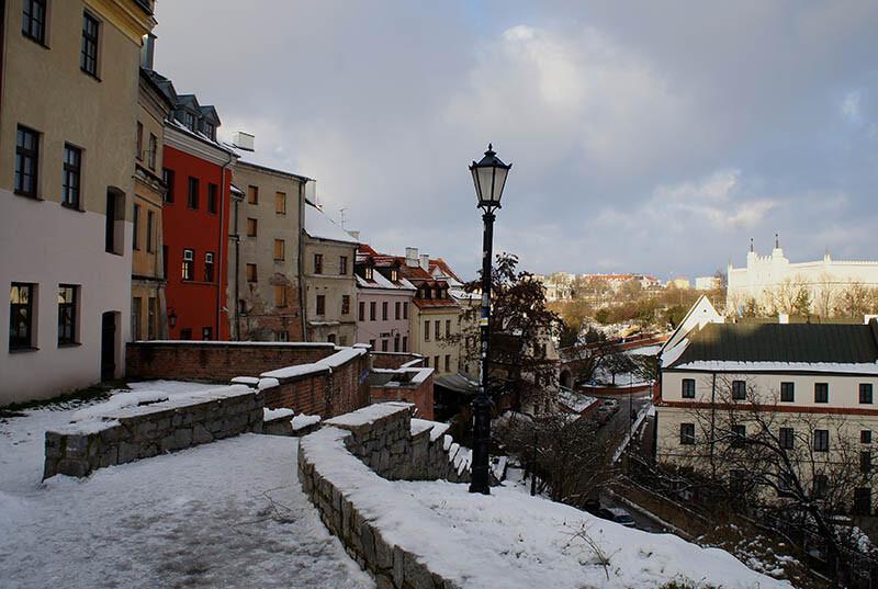 Latarnia przy schodach widok w mieście zimą